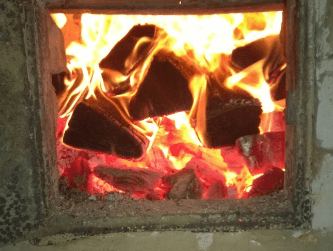 Как я топлю кирпичную печь в доме и буржуйку в бане: дров уходит мало, а КПД высокий