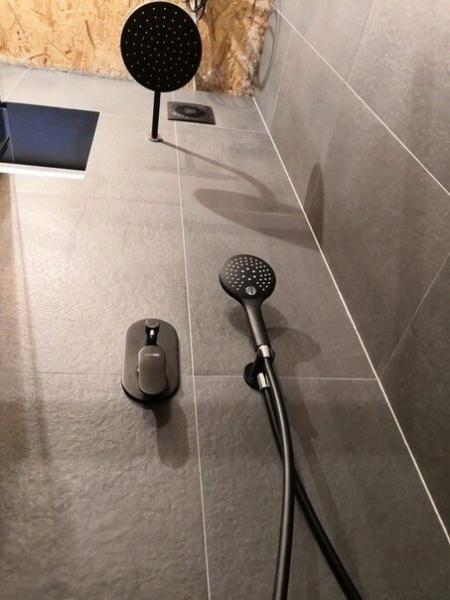 Стильная ванная, в которой хозяева допутили массу ошибок. Тот случай, когда на вид красиво, а в быту невозможно жить в такой