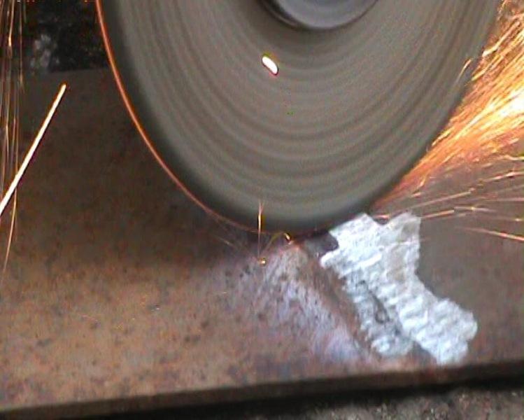 Когда зачищаешь болгаркой, металл чистится медленно и устают руки. Как это делать быстро и меньше уставать