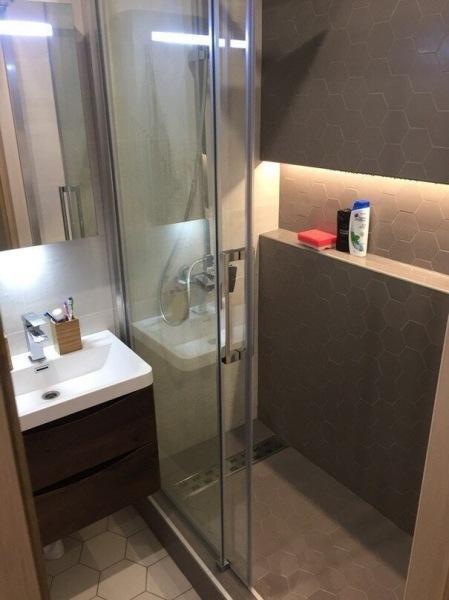 Грамонтно продуманный дизайн крошечной ванной комнаты. Одна из лучших идей размещения сантехники и мебели