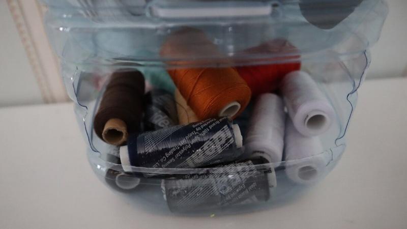 Покажу, какую удобную этажерку я соорудила из пятилитровых бутылок: хоть в сарай, хоть в швейную мастерскую