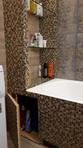 По-настоящему грамотно продуманный дизайн очень маленькой ванной.Менее чем на 5 кв.м.вместили стиралку, ванну, раковину и унитаз