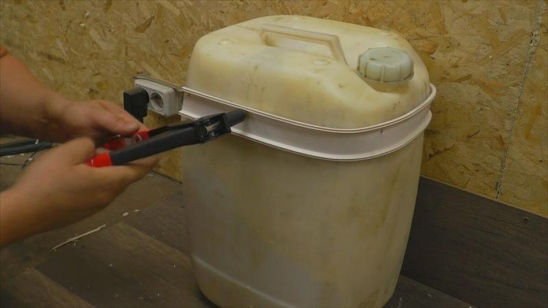 Самоделка для дома и дачи из старой 20-ти литровой канастры, которая радует семью 8 месяцев в году