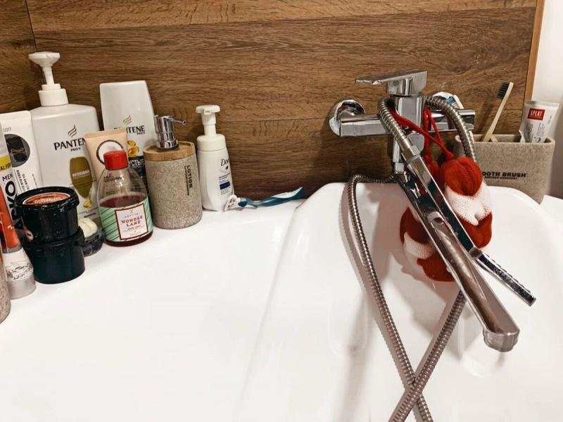 Как мы «шедеврально» установили смеситель в ванной, да так, что теперь о него головой бьемся.