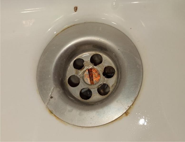 Можно ли открутить заржавевший болт сифона в раковине (2 способа)