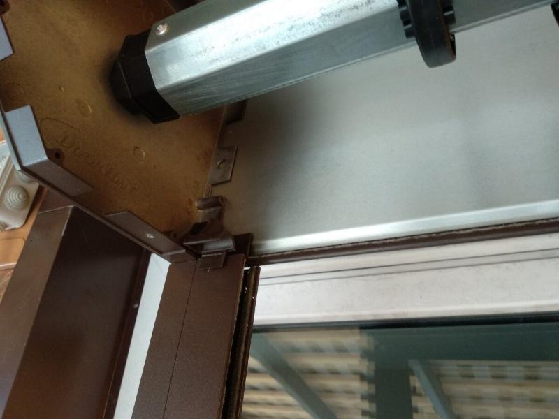 Решили проблему с окном в пол, установив самостоятельно рольставни. Распаковка, крепление, монтаж.