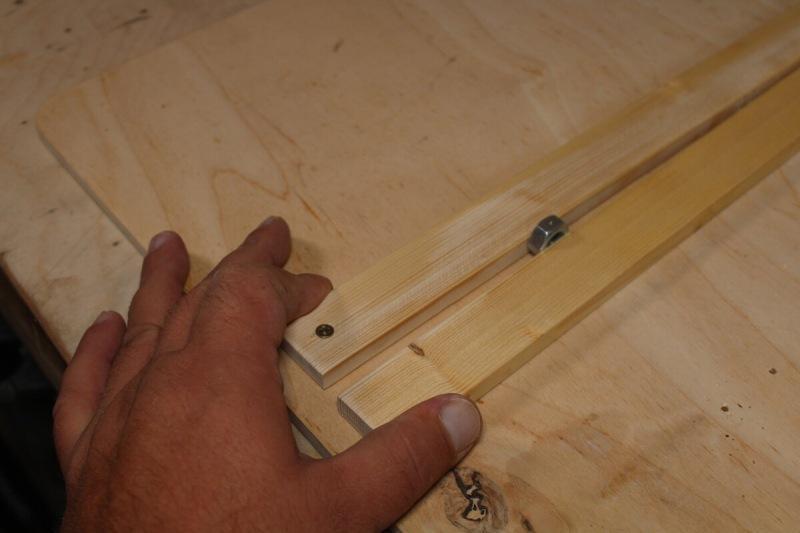 Как сделать отверстие в мелких заготовках если нет тисков, а руками удержать не получается