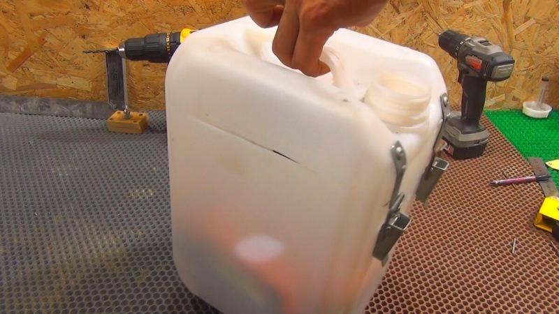Простая самоделка из пластиковой канистры, строителям и автомобилистам она будет полезна