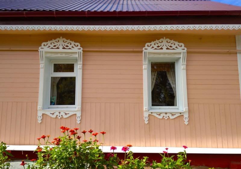 Помните девушку, делавшую наличники на окна? Теперь полюбуйтесь как она украсила ими свой дом