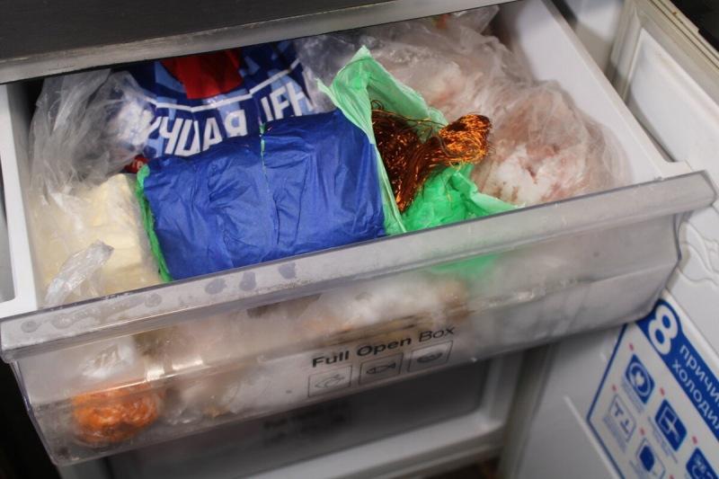 Приехал в деревню к другу, открыл морозильник, а там вместе с мясом хранится медь, оказывается, что вся деревня так делает